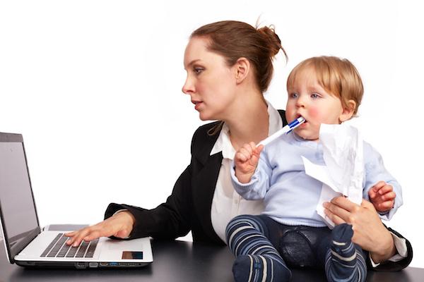 Mutter und Kind bei der Arbeit Serienbild 7